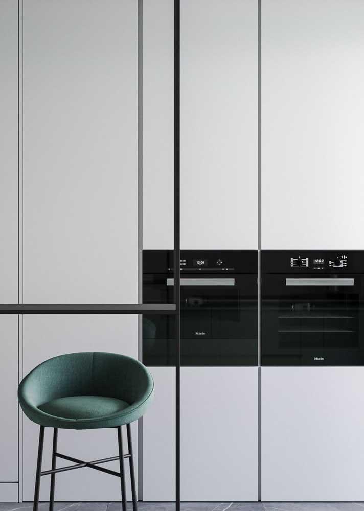 Linhas retas, cor clara: um típico armário de cozinha minimalista