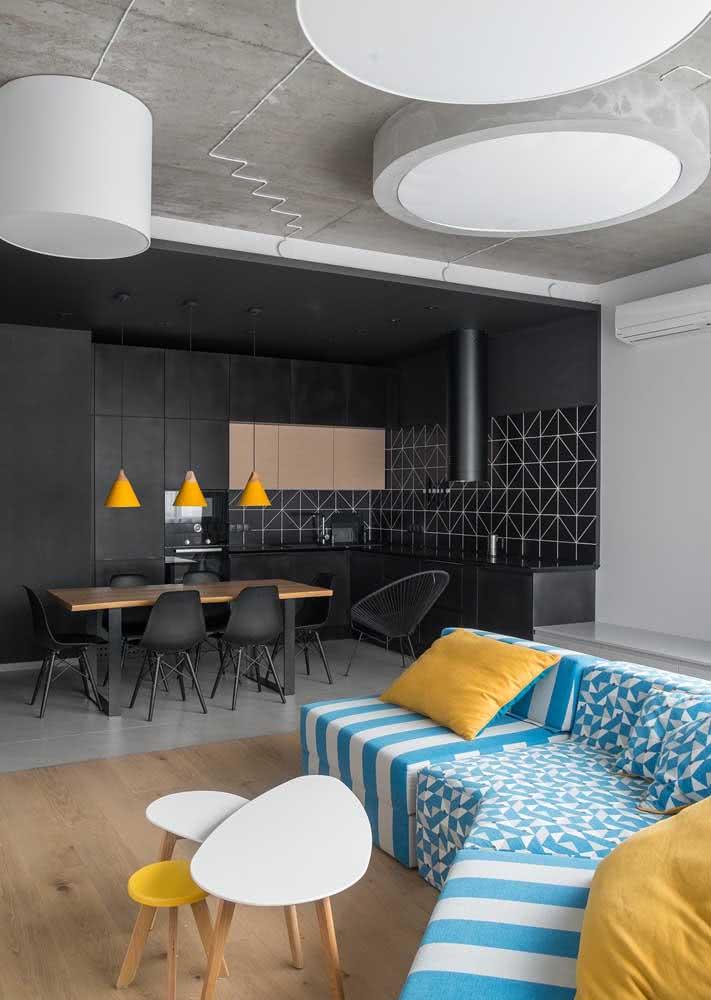 O armário de cozinha preto é moderno e ousado