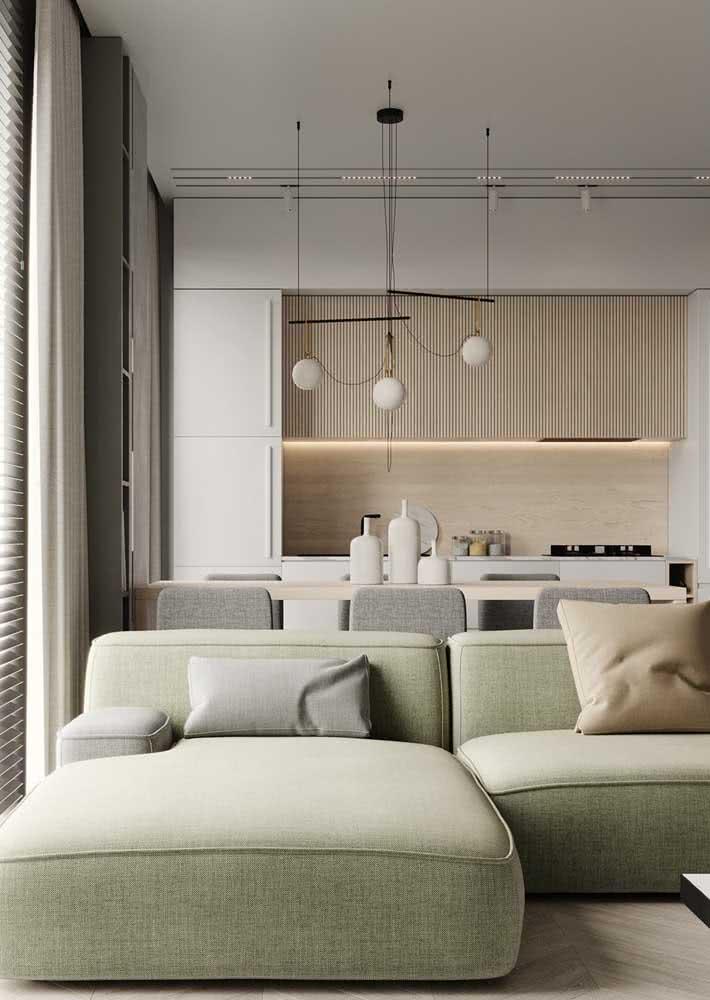 Ambientes integrados pedem por um armário de cozinha planejado com cores harmônicas