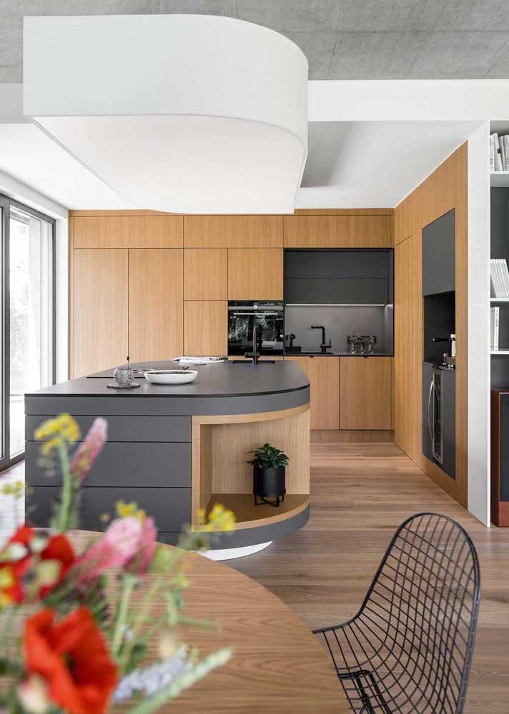 Armário de cozinha de parede em tom amadeirado