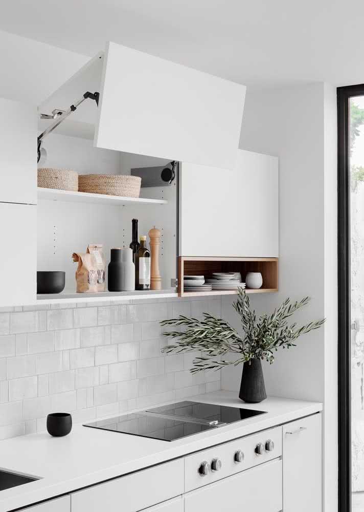 Armário de cozinha planejado com sistema de abertura que traz mais conforto e funcionalidade ao morador