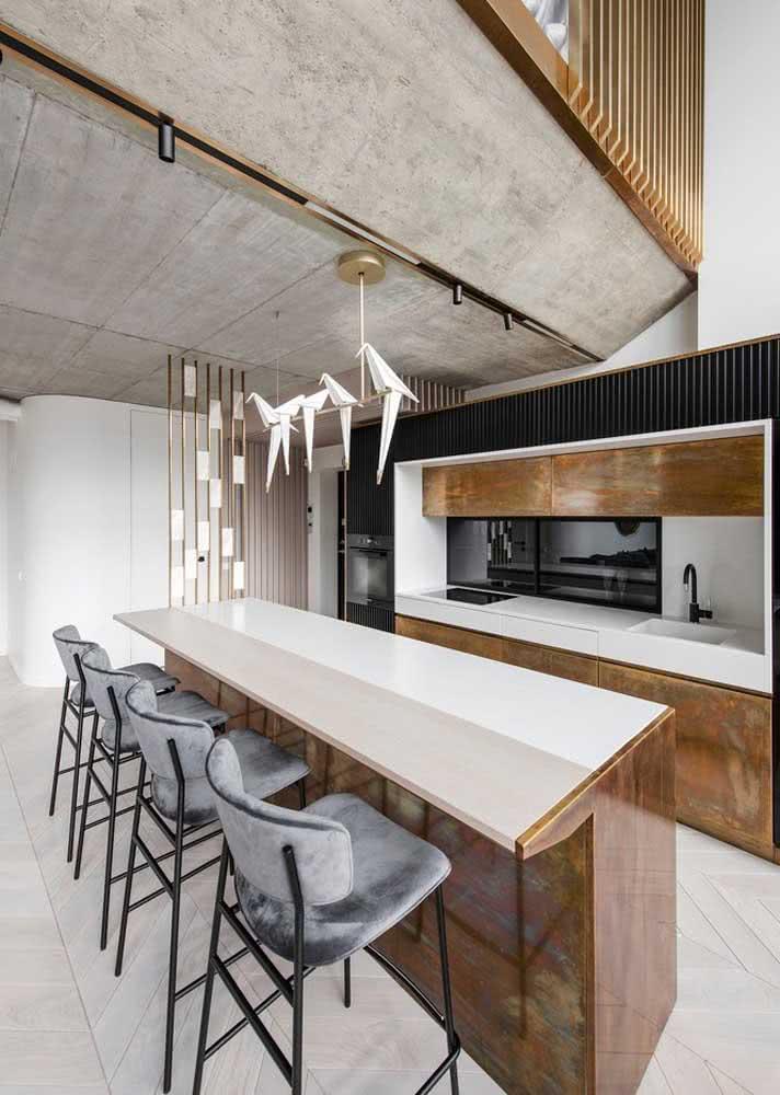 Aqui, os armários de cozinha simulam efeito de pedra