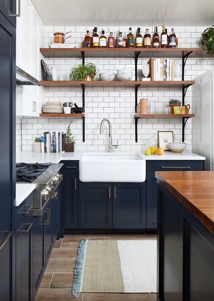 Já aqui, a ideia do armário de cozinha azul é valorizar a marcenaria clássica