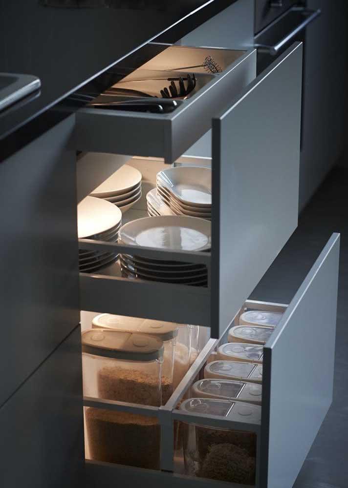 Armário de cozinha com gavetas do tamanho das suas necessidades