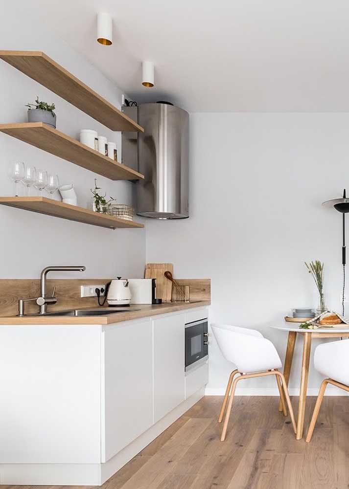 Complemente o armário de cozinha simples com prateleiras
