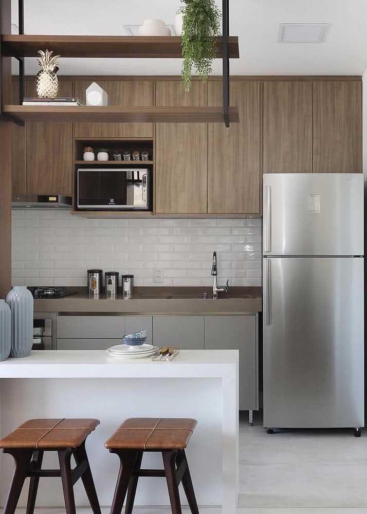 O armário de cozinha amadeirado é aconchegante