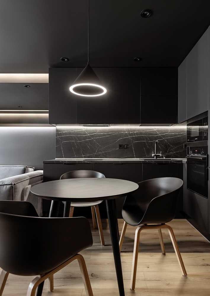 Cozinha de armários pretos para quem prefere a ousadia