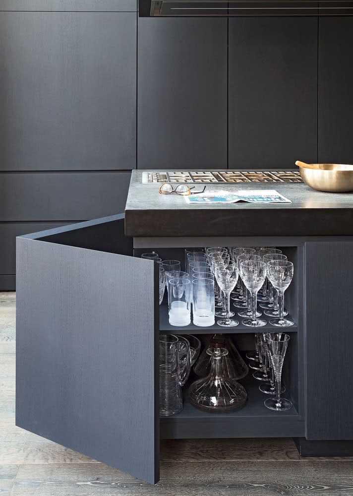Taças protegidas no armário de cozinha planejado