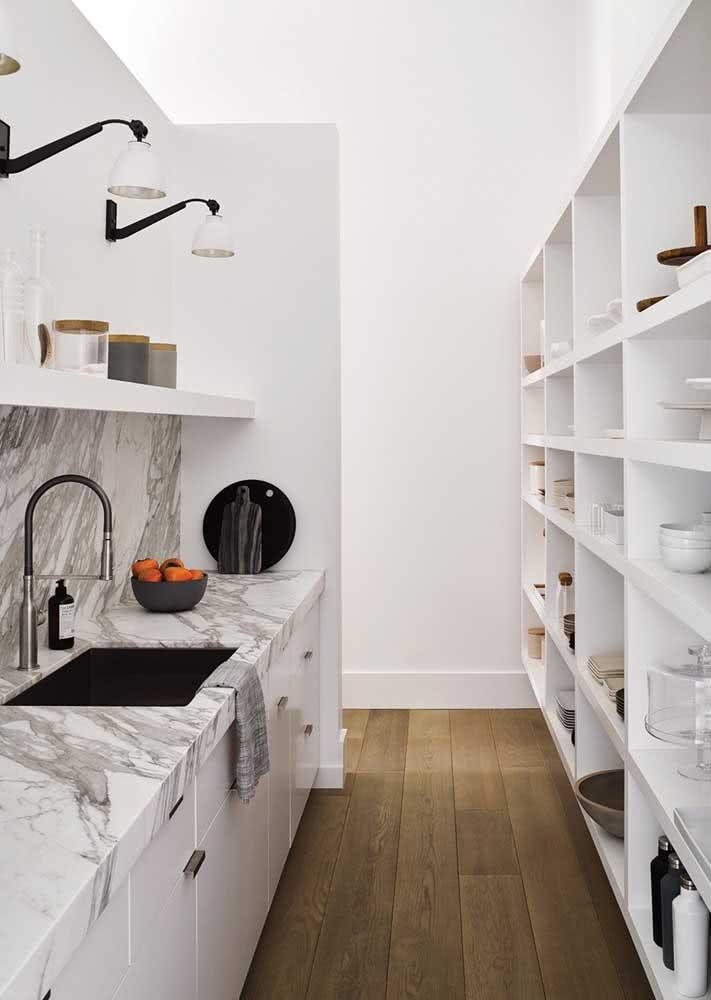 Armário de cozinha branco simples. Ao lado, apenas as prateleiras