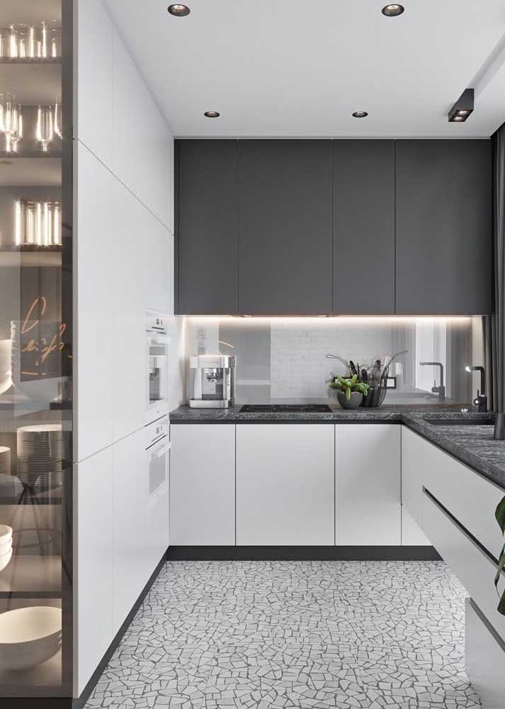 Olha que solução incrível esse armário de cozinha em L. Ele possui abertura para dois lados ao mesmo tempo