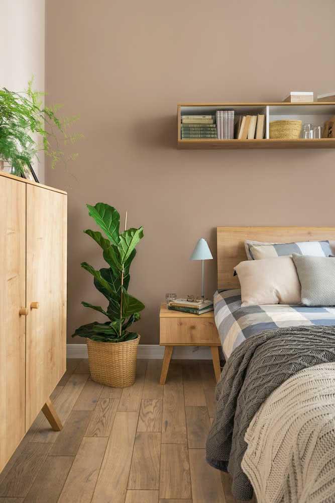 Parede cor nude para o quarto do casal combinando com os móveis de madeira clara