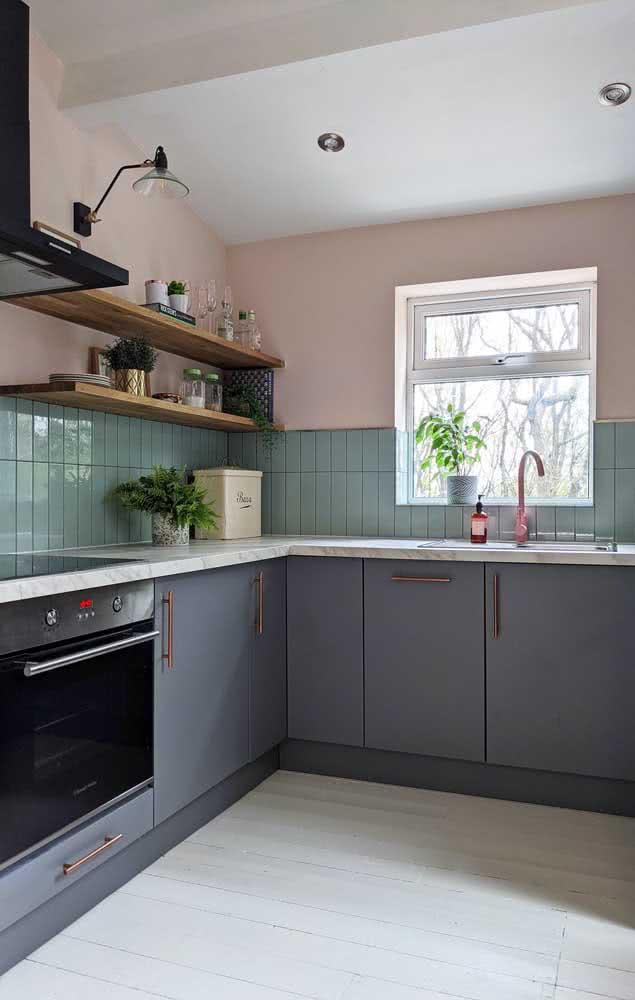 Nessa cozinha, a meia parede nude também se destaca, mas em contraponto com os revestimentos verdes