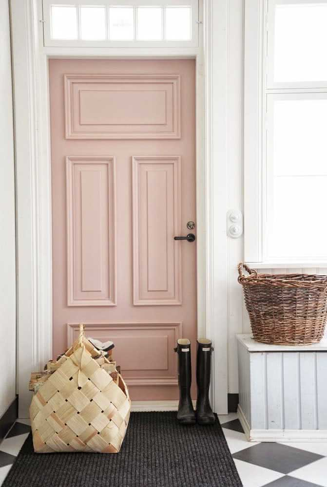 E como não se apaixonar por essa porta de entrada pintada de cor nude clara?
