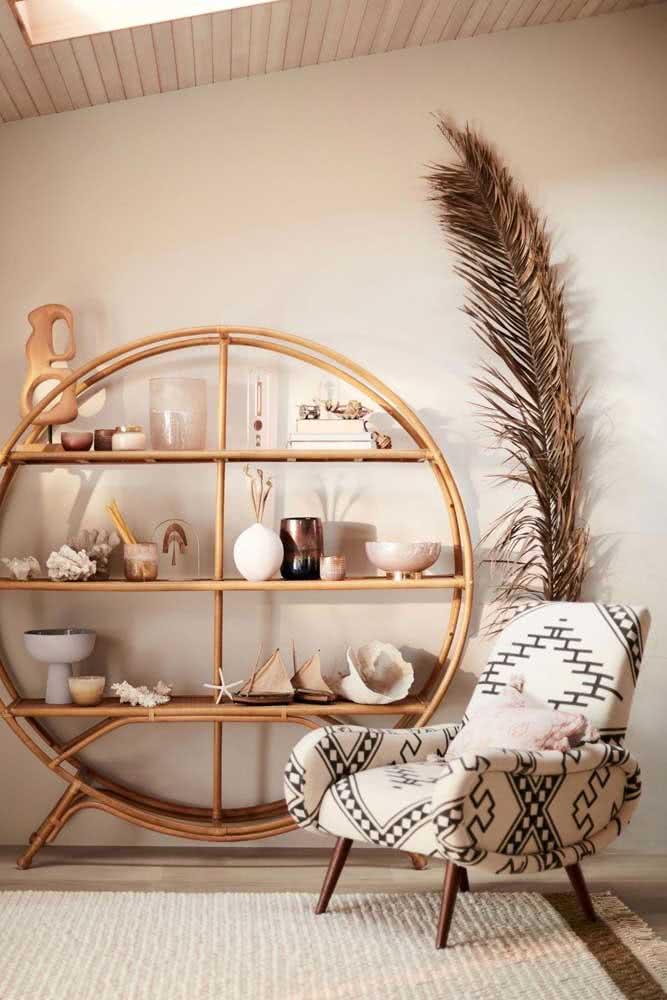 Sala cor nude com elementos naturais que ajudam a valorizar o toque aconchegante da decoração
