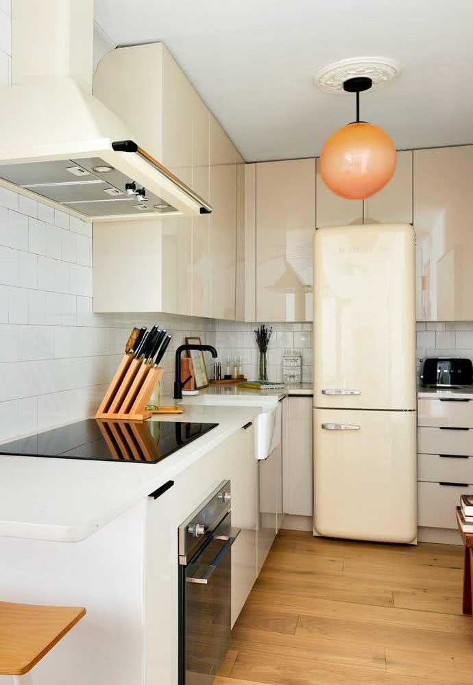 Cor nude claro para os armários e a geladeira da cozinha