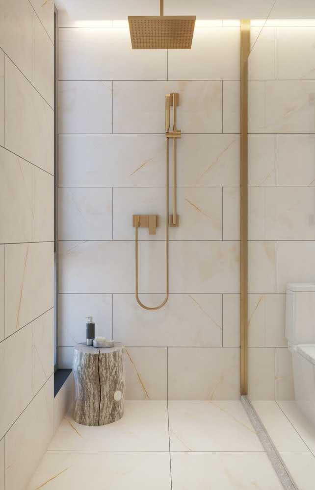 Um pouco de dourado para glamourizar o banheiro nude
