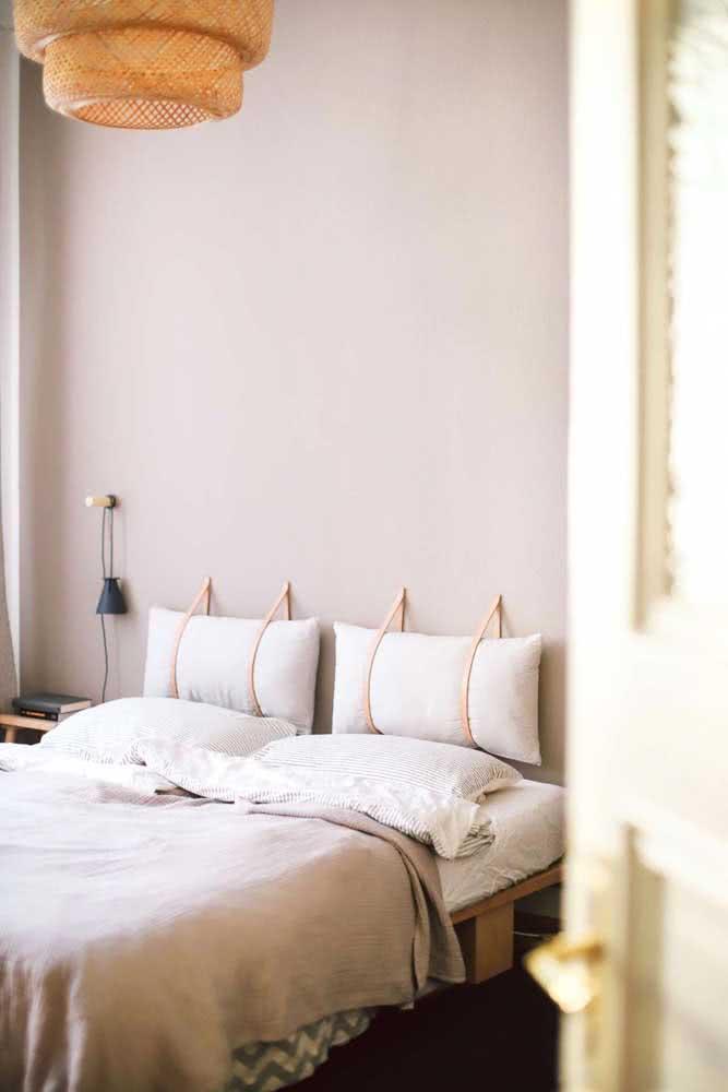 Já aqui, a parede nude do quarto foi a protagonista de uma decoração moderna