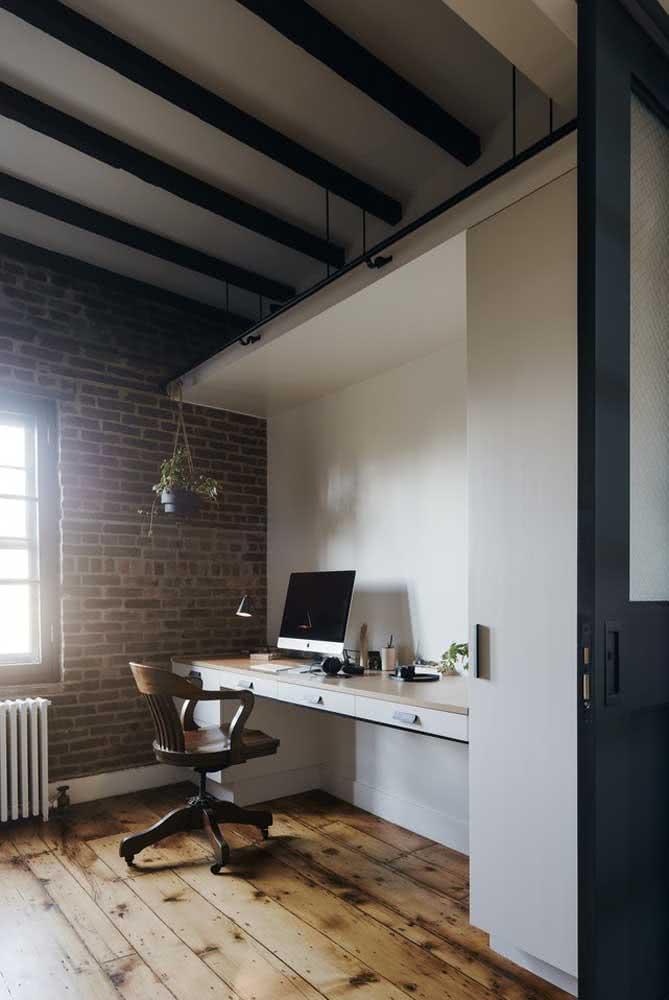 Aqui nesse home office são os tijolinhos aparentes que trazem o tom de nude