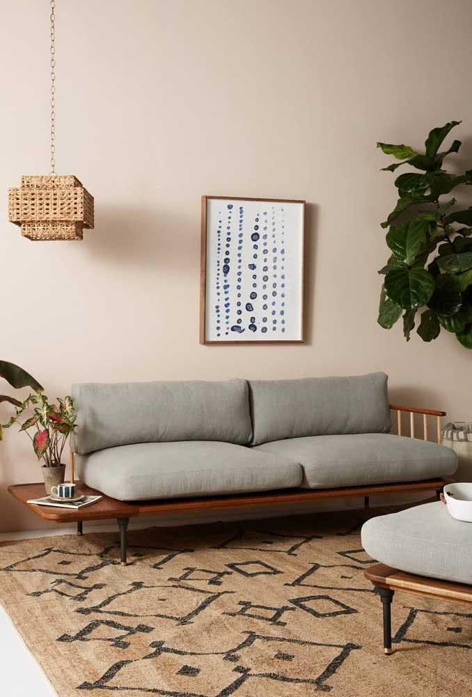 Que tal uma parede nude em contraste com o sofá cinza? Fica moderno e aconchegante