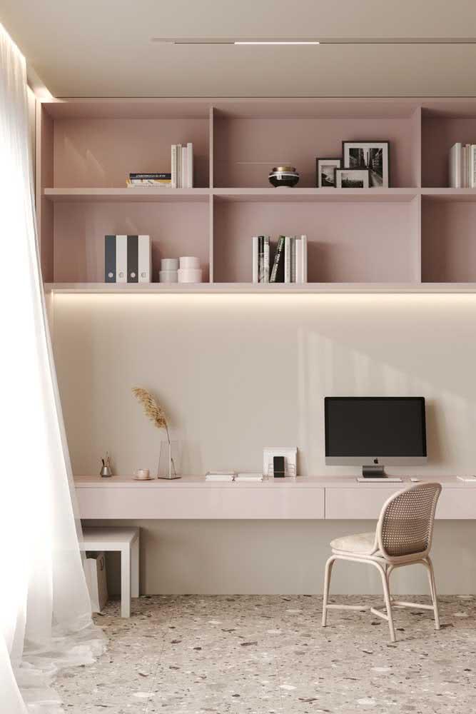 Um home office nude para quem deseja elegância, modernidade e acolhimento tudo de uma vez